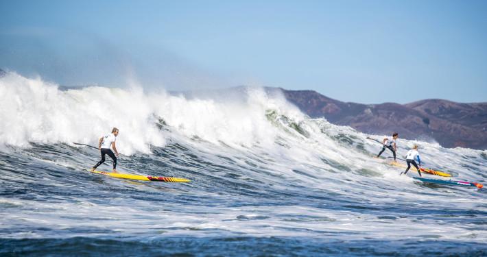 Bølgerne gik højt i San Francisco. Casper til venstre med Kai Lenny og Connor Baxter til højre. Photo: Zak Noyle Red Bull Content Pool